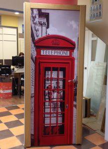 Puerta serigrafiada con cabina londinense