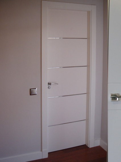 Puerta lacada en blanco decorada con aluminio blog de for Colores para puertas exteriores